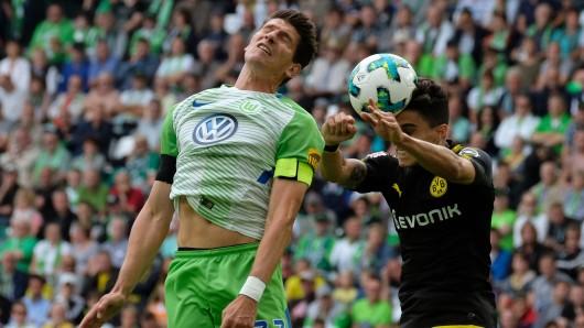 Augen zu und durch: Wolfsburgs Mario Gomez und Dortmunds Marc Bartra.