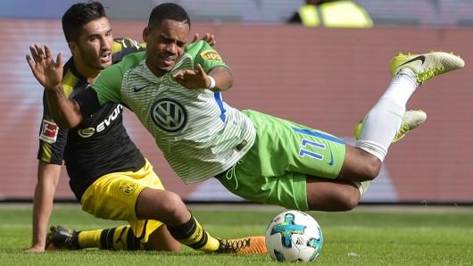 Wolfsburgs Daniel Didavi im Zweikampf mit Dortmunds Nuri Sahin.