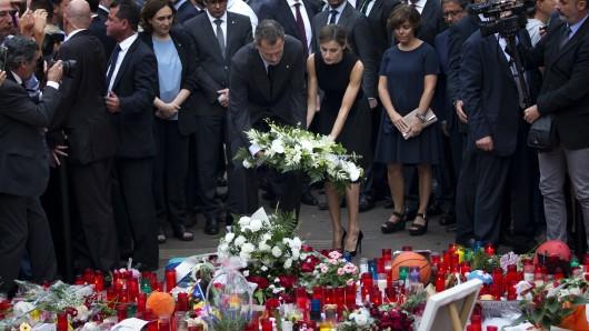 Der spanische König Felipe VI. und seine Frau Letizia am Ort des Anschlags.