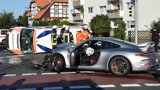 Ein Porschefahrer hat im August in Wolfenbüttel einen Rettungswagen gerammt und umstürzen lassen. Ein 80-jähriger Mann an Bord des Rettungswagens kam dabei ums Leben.