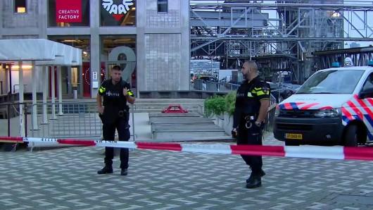 Polizisten sichern die Umgebung in Rotterdam.
