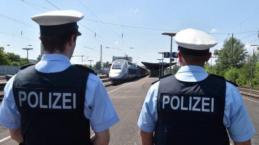Bundespolizisten überwachen einen Bahnhof. (Archivbild)
