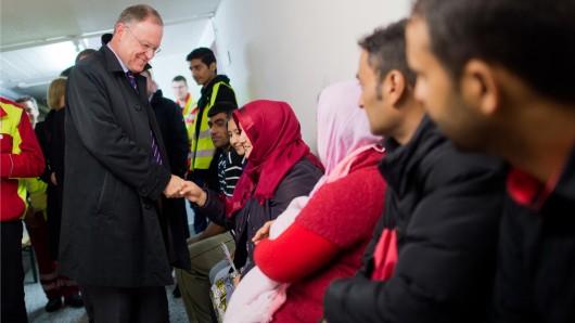 Niedersachsens Ministerpräsident Stephan Weil (SPD) begrüßt Flüchtlinge. (Archivbild)