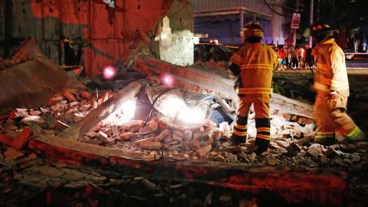 Eine umgestürzte Mauer liegt über einem Auto in dem Viertel Iztacalco in Mexiko-Stadt.