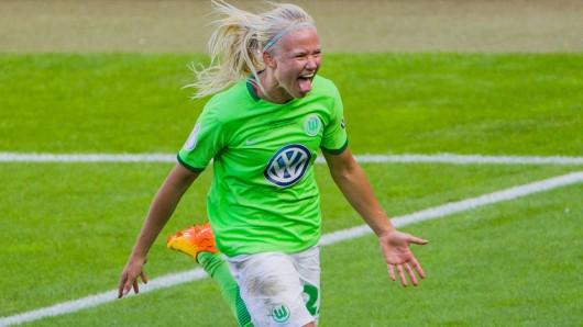 Da ist das Ding! Wolfsburgs Pernille Harder hat das zweite Tor für die Wölfinnen gemacht (Archivbild).