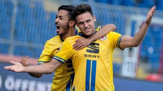Mirko Boland (rechts) bejubelt seinen Treffer zum 1:0 gegen den SV Sandhausen mit Salim Khelifi.