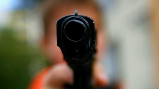 Der Mann zückte eine Waffe (Symbolbild).