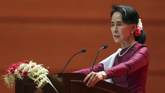 Myanmars Regierungschefin Aung San Suu Kyi spricht in einer landesweit übertragenen Rede über die Flüchtlingskrise ihrer Landes.