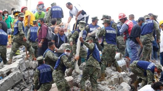 Unermüdlich suchen die Menschen in Mexiko nach Überlebenden in den Trümmern.