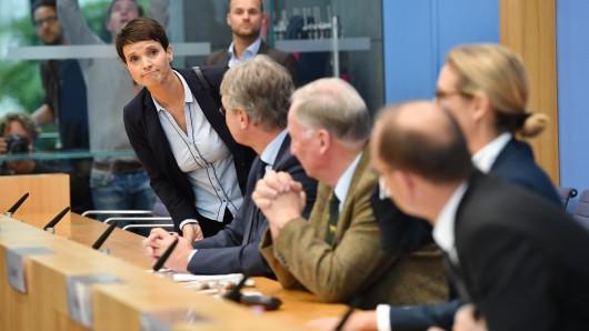 Chaos bei der AfD: Frauke Petry (Bundesvorsitzende), verlässt die Bundespressekonferenz unter den Blicken von Jörg Meuthen (Bundesvorsitzender), Alexander Gauland (Spitzenkandidat) und Alice Weidel (Spitzenkandidatin).