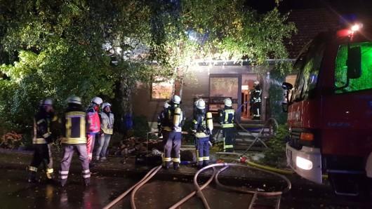 Ein Feuerwehrmann wurde beim Einsatz leicht verletzt.