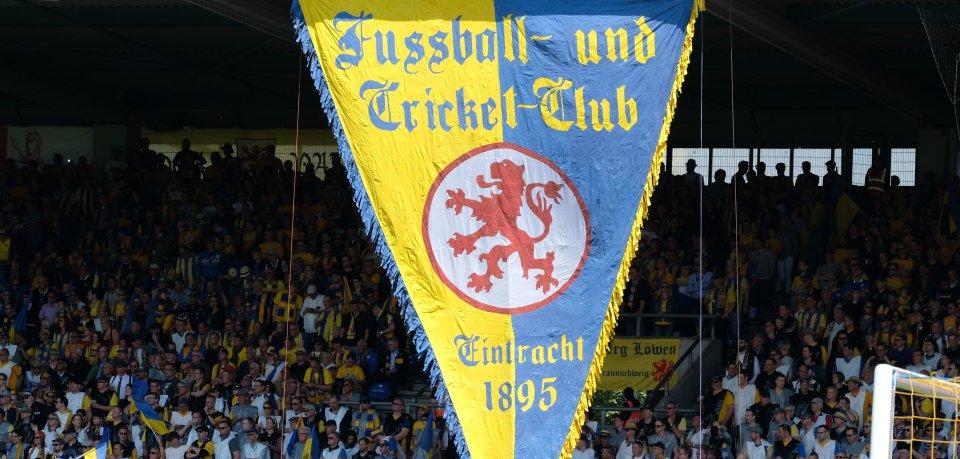 Fans der Braunschweiger Eintracht in ihrem Wohnzimmer.