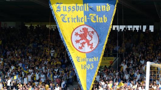 Gebannt schauen die Eintracht-Fans nach Kiel, wo ihr Verein gegen Abstieg spielt (Archivbild).