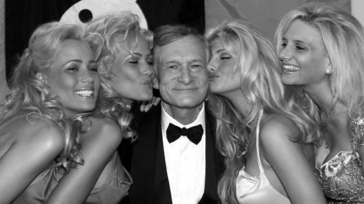 Hugh Hefner im Kreise seiner Playmates.