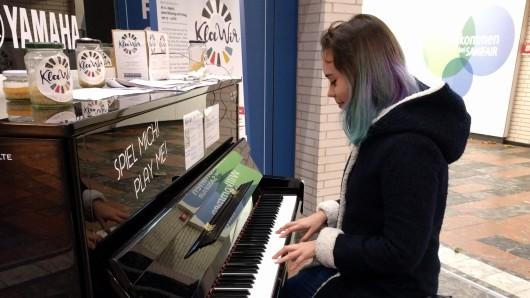 Schon im vergangenen Herbst stand ein Klavier im Bahnhof - die wegen des Sturms Xavier in Braunschweig gestrandete Mae verzückte damals die anderen Wartenden.