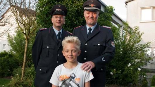 Der Ortsbrandmeister der Freiwilligen Feuerwehr Wedtlenstedt Stefan Alt (rechts) und sein Stellvertreter Achim Klammer (links) haben sich persönlich bei Marlon bedankt.