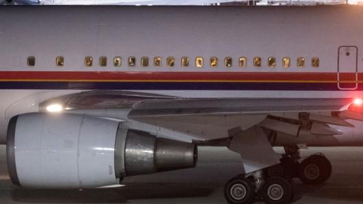Ein mit abgelehnten Asylsuchenden besetztes Flugzeug rollt vom Flughafen in München zur Startbahn. (Archivbild)