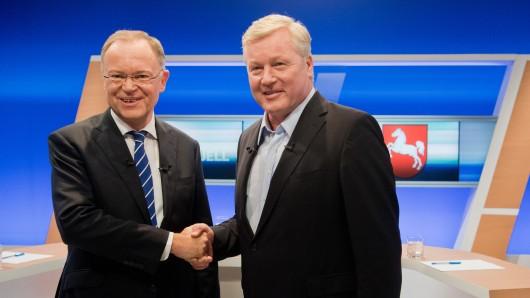 Niedersachsens Ministerpräsident Stephan Weil (links, SPD) und CDU-Spitzenkandidat Bernd Althusmann kurz vor Beginn des TV-Duells.