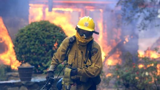 Kalifornien kämpft gegen die Flammen - hier ein Feuerwehrmann in Anaheim.