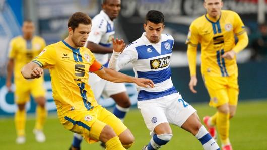Duisburgs Cauly Souza gegen den Braunschweiger Ken Reichel.