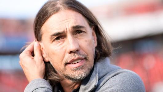 VfL-Coach Martin Schmidt vor dem Spiel in Leverkusen.