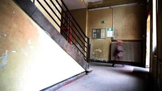 Blick in das Treppenhaus einer Grundschule in Berlin. (Archivbild)