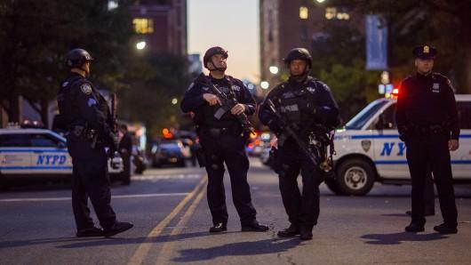 Polizisten sichern in New York die Umgebung des Tatortes ab.
