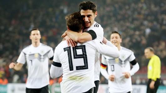 Der deutsche Torschütze zum 2:2 Lars Stindl (2.v.r) jubelt mit Mario Götze (2.v.l), Julian Draxler (l) und Mesut Özil.