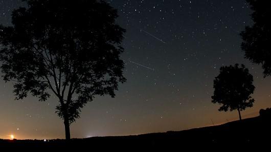 Sternschnuppen sind am Himmel zu sehen. (Archivbild)