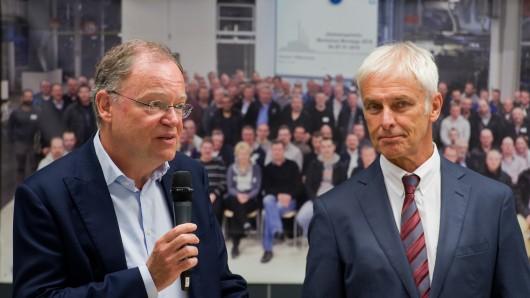 Ministerpräsident Stephan Weil (links, SPD) und VW-Chef Matthias Müller im Stammwerk Wolfsburg. (Archivbild)