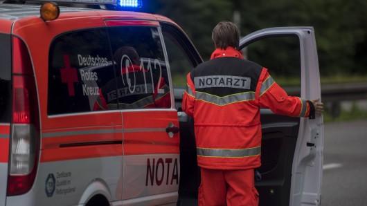 Durch die Wucht des Aufpralls schleuderte der 55-jährige Mann aus Lachendorf nach links auf die Fahrbahn. Er verletzte sich so schwer, dass er noch an der Unfallstelle verstarb. (Symbolbild)