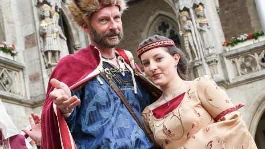 Heinrich der Löwe (Holger Feder) heiratet Mathilde Plantagenet (Lena Ahrens). Und Ihr könnt live dabei sein.