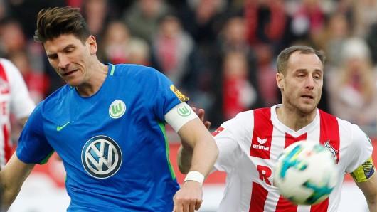 Mario Gomez im Duell gegen Kölns Matthias Lehmann.
