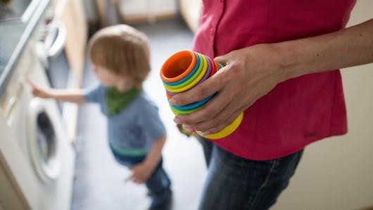 Die Zahl der alleinerziehenden Eltern in Niedersachsen ist im vergangenen Jahr spürbar gestiegen. (Symbolbild)
