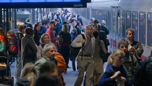 Die alarmierte Polizei brachte das Mädchen im Streifenwagen zum nächsten Bahnhof (Symbolbild).