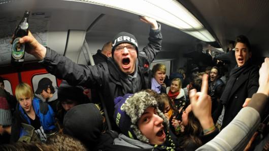 Teilnehmer eine Party-Gemeinschaft feierten 2011 in München in einer überfüllten S-Bahn. Mehrere hundert Menschen hatten sich einen Tag vor Inkrafttreten des Alkoholverbots in den Münchner S-Bahnen zum Feiern und Trinken über eine Internetplattform verabredet.