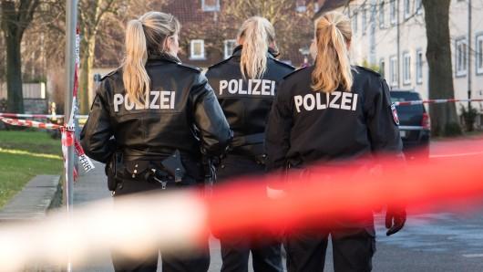 Drei Polizistinnen stehen am 1. Januar am Tatort in Thiede.