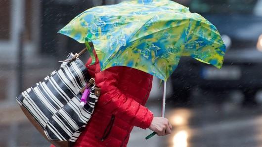 Heftige Böen und starker Regen ziehen über Deutschland. (Symbolbild)