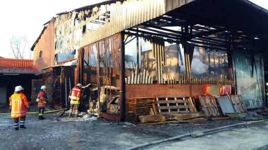 Die Feuerwehr konnte nicht mehr viel aus der Halle retten.