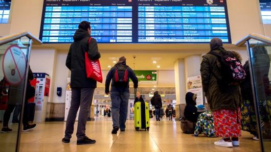 Zugreisende warten in Hannover. (Archivbild)