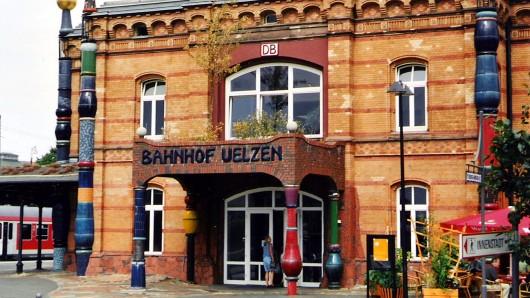 Eigentlich schwer zu übersehen: Uelzen besitzt einen der bekanntesten Kleinstadtbahnhöfe Deutschlands. Gestaltet wurde er vom österreichischen Künstler Friedensreich Hundertwasser. (Archivbild)
