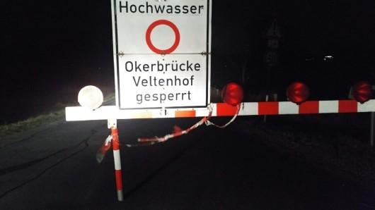 Nicht zu übersehen: Die Okerbrücke ist gesperrt.