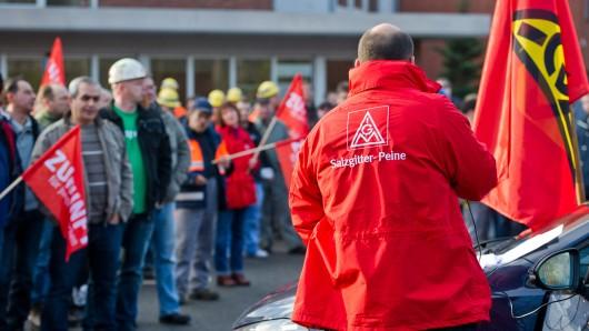 Anhänger der IG Metall Salzgitter-Peine demonstrieren in Salzgitter. (Archivbild)