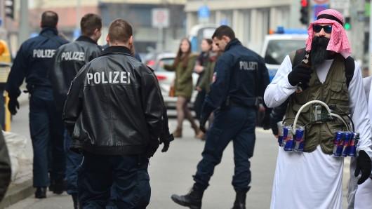 Ein als Terrorist verkleideter Karnevalist mit Sprengstoffgürtel aus Energy-Drinks beim Schoduvel 2015 – damals war der Umzug spontan wegen einer angeblichen Terrorgefahr abgesagt worden.