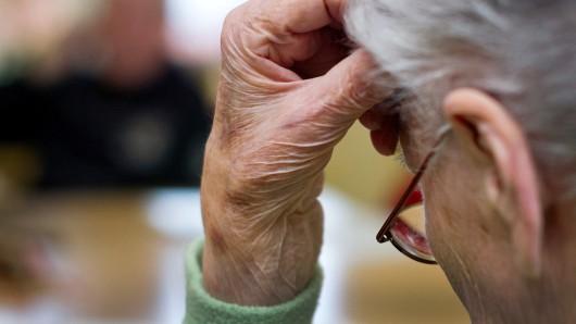 EIn 94 Jahre alter Mann aus Wolfsburg hat seine Ersparnisse an Trickbetrüger verloren. (Symbolbild)