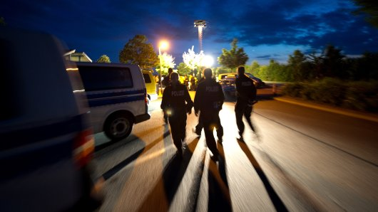 Ein Lkw-Fahrer wurde wegen seiner auffälligen Fahrweise auf der A2 gestoppt. (Symbolbild)