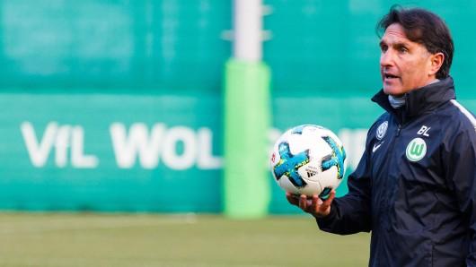 BL bei seinem ersten Training als VfL-Coach. Jetzt nimmt er die Wölfe hart ran. (Archivbild)