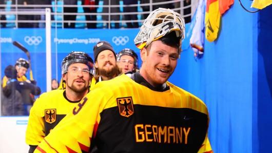 Torwart Danny aus den Birken aus Deutschland verlässt lächelnd das Stadion.