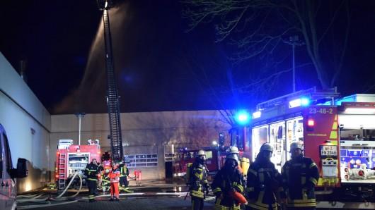 Mit einer Drehleiter wurde das Feuer zunächst aus der Luft bekämpft.