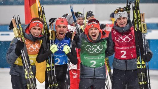 Von links: Eric Frenzel, Johannes Rydzek, Fabian Rießle und Vinzenz Geiger aus Deutschland jubeln nach dem Gewinn der Goldmedaille.